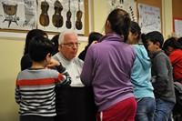 Ehrenamtlicher arbeitet mit Flüchtlingskindern
